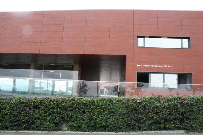 Entrada al edificio nuevo de las Bodegas Luis Pérez